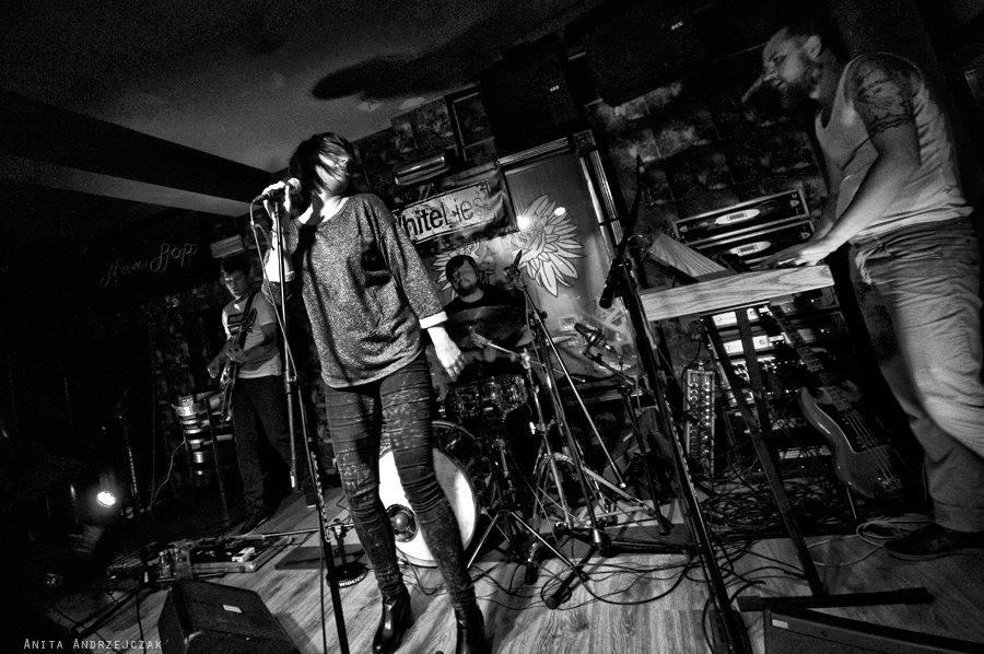 """Nagraliśmy album, który scharakteryzował nasze """"Days of chaos"""" – wywiad z zespołem Little White Lies"""