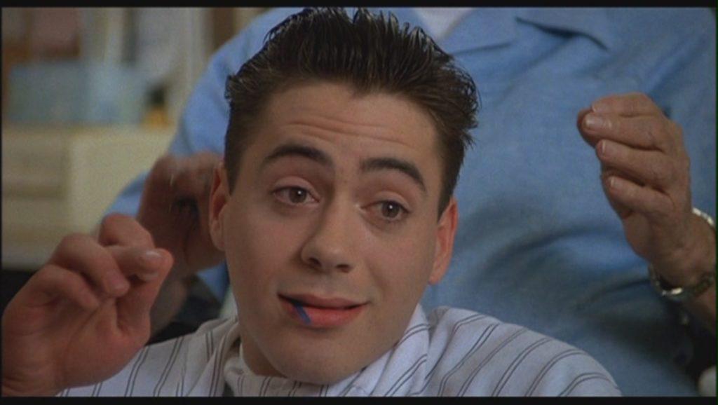"""Kadr zfilmu """"Bądź dobry Johnny"""" (1988)."""